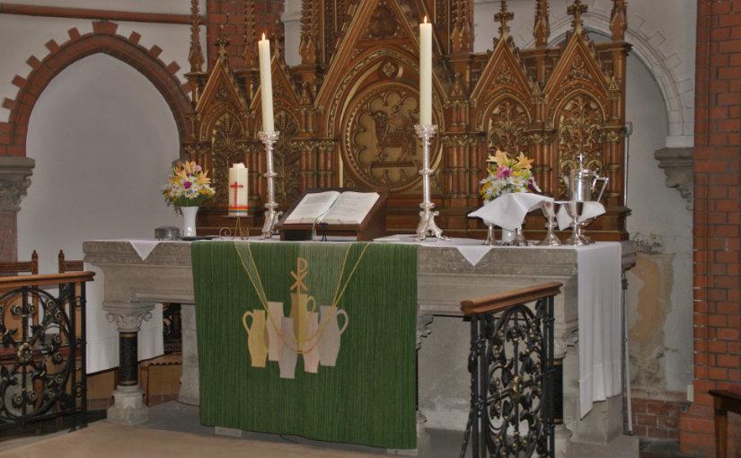 Altar der Michaeliskirche mit grünem Parament